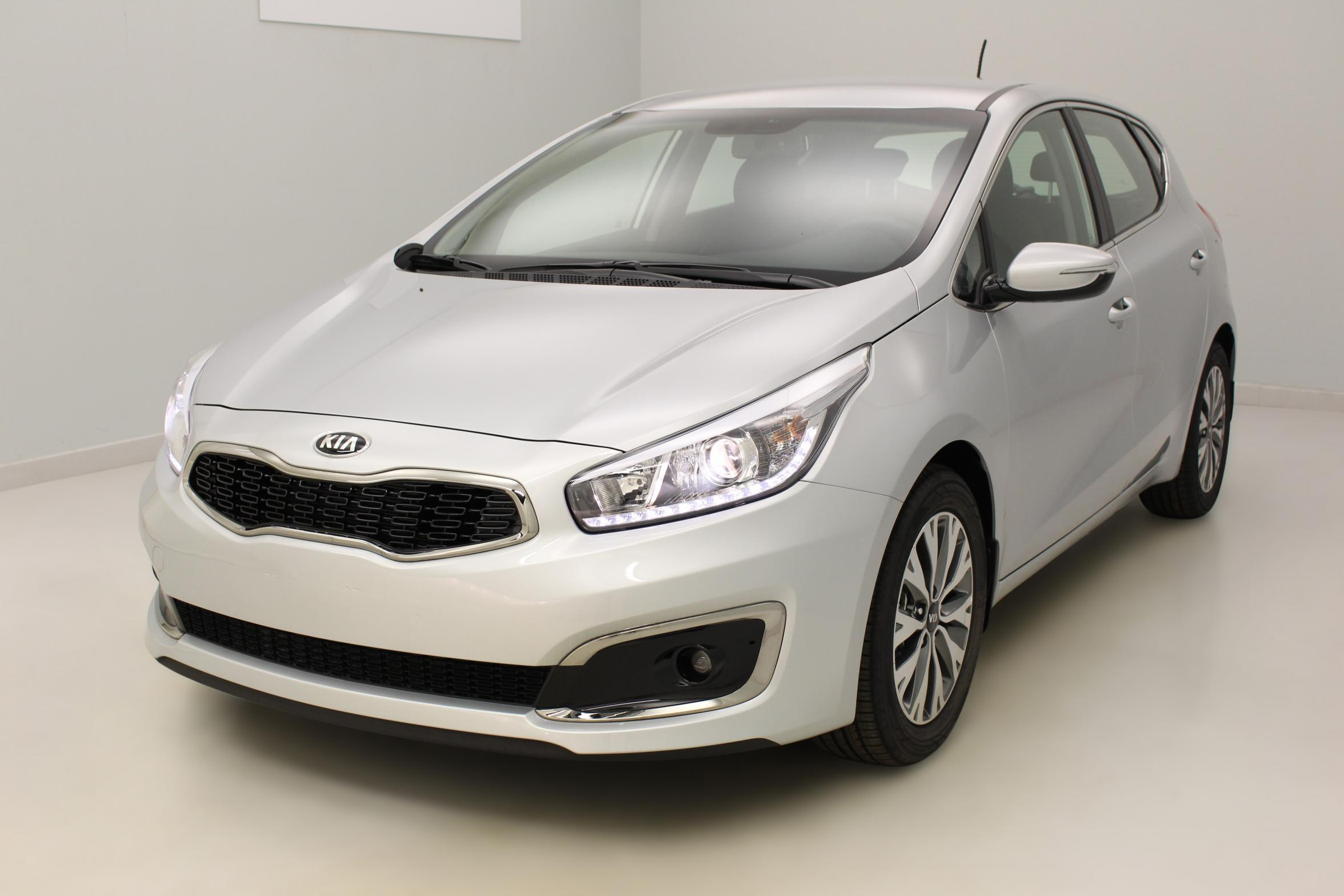 kia ceed 1 0 t gdi 120 ch active gris acier avec options 17 251. Black Bedroom Furniture Sets. Home Design Ideas
