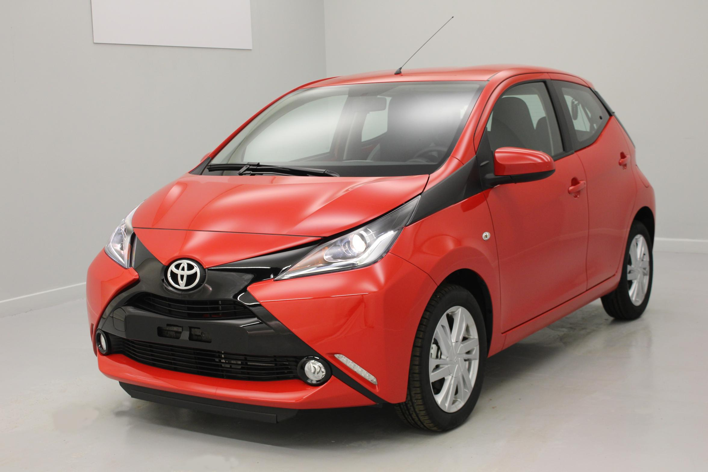 TOYOTA Aygo 1.0 VVT-i x-play Rouge Chilien + x-touch + x-light + Jantes alliage 15' avec options