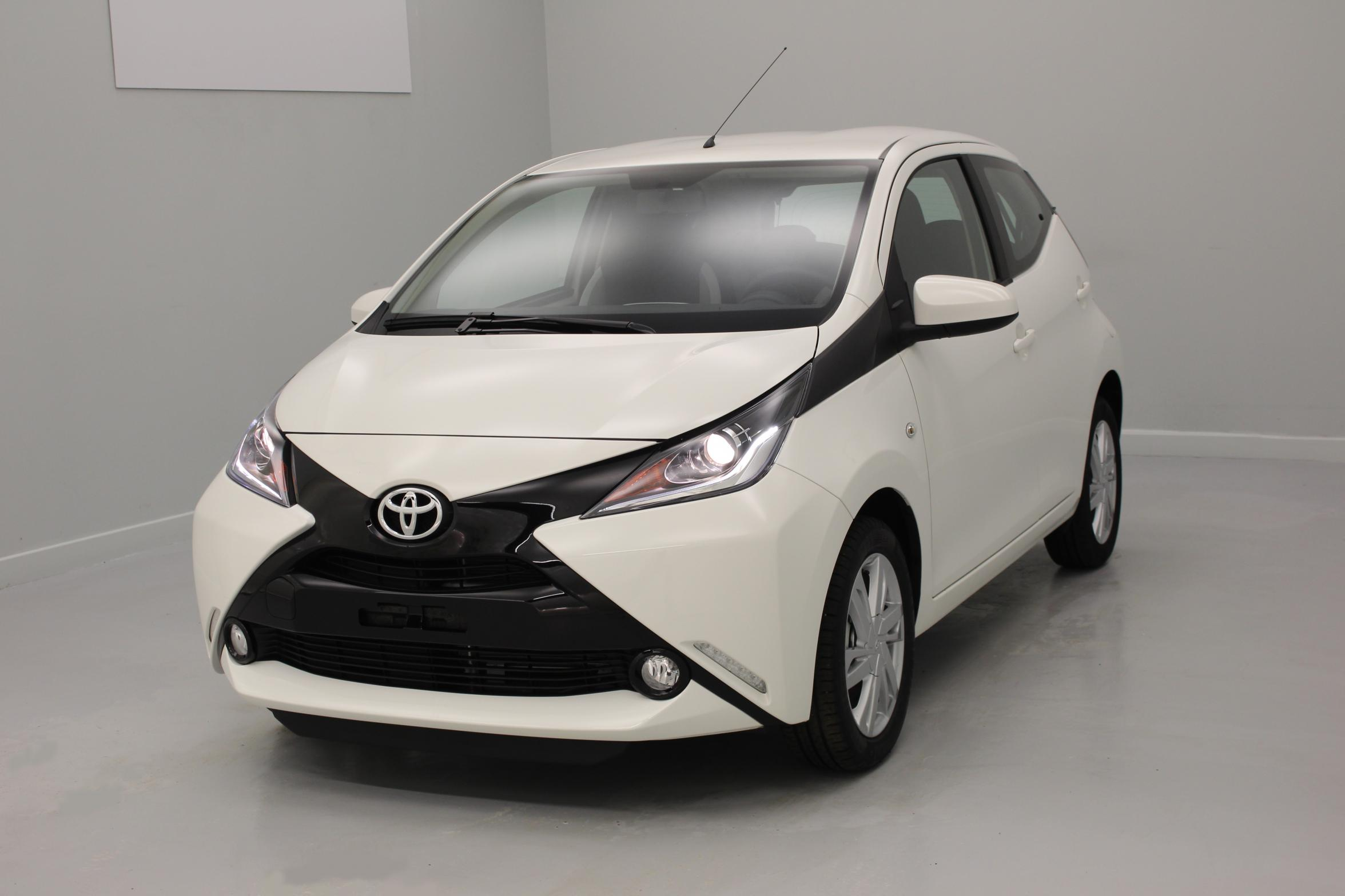 toyota aygo 1 0 vvt i x play blanc pur x touch x light jantes alliage 15 39 avec options. Black Bedroom Furniture Sets. Home Design Ideas
