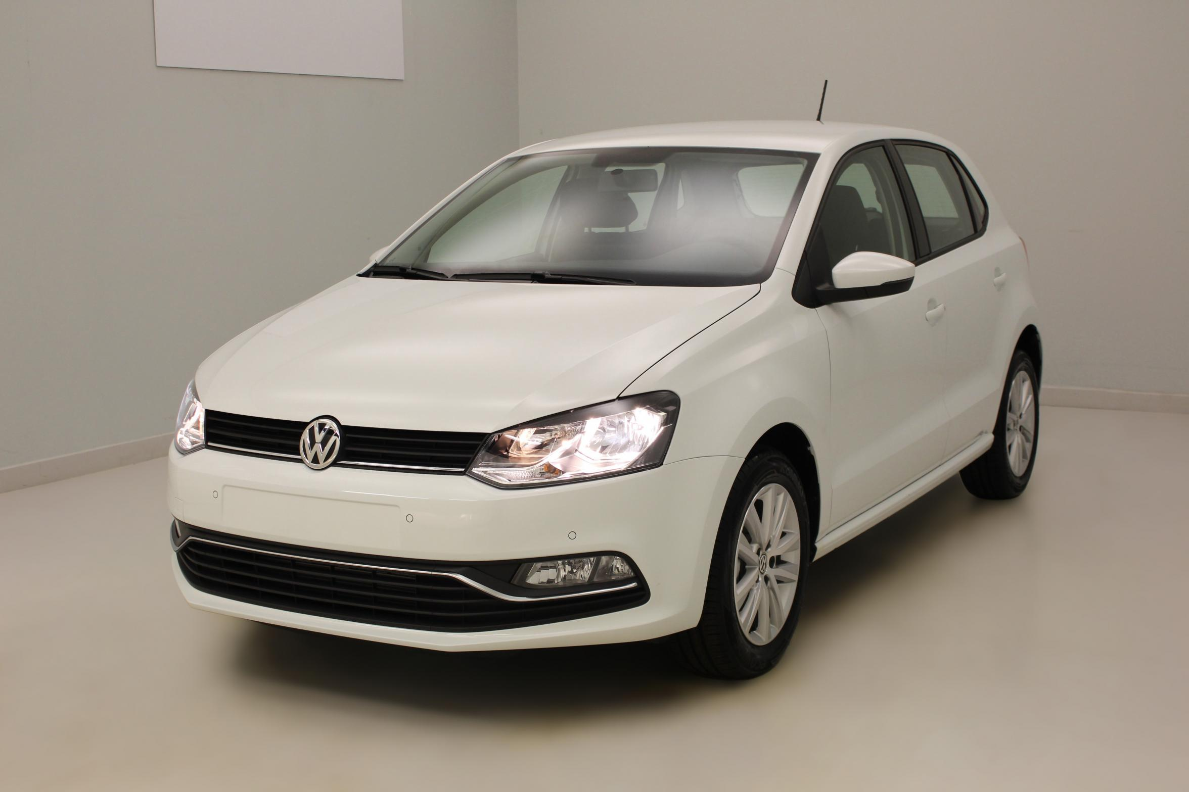 VOLKSWAGEN Nouvelle Polo 1.2 TSI 90 BlueMotion Technology Confortline Blanc Pur + Discover Media avec options